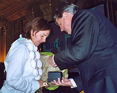 Cees de Vries overhandigt de ring aan Maria Roose