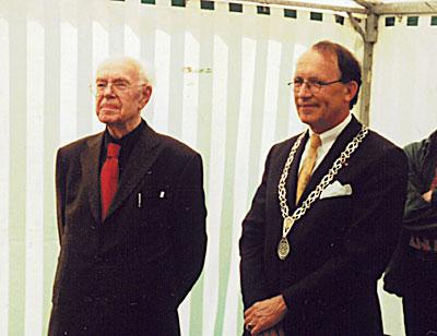 Joop Beljon en de burgemeester van Apeldoorn mr. G.J. de Graaf