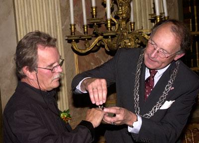 Uitreiking van de ring aan Jan van Munster door mr. G.J. de Graaf, burgemeester van Apeldoorn, foto Ger van Leeuwen